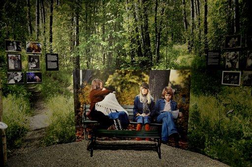 Fotografías y afiches en el Museo ABBA en el Salón de la Fama de la Música Sueca en Estocolmo, Suecia, el lunes 6 de mayo de 2013. El museo se inaugurará al público el martes con objetos, videos y vestuarios del grupo. (Foto AP/ Scanpix Sweden/ Jessica Gow)