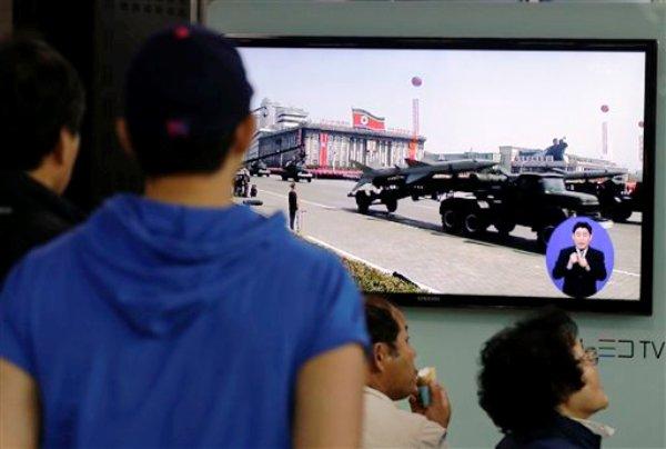 Sudcoreanos miran por televisión noticias que muestran misiles norcoreanos durante un desfile militar, en una estación de tren en Seúl, Corea del Sur, el sábado 18 de mayo de 2013. (Foto AP/Ahn Young-joon)