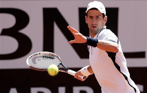 El serbio Novak Djokovic devuelve una pelota contra el checo Tomas Berdych en el Abierto de Italia el viernes, 17 de mayo de 2013, en Roma. (AP Photo/Riccardo De Luca)