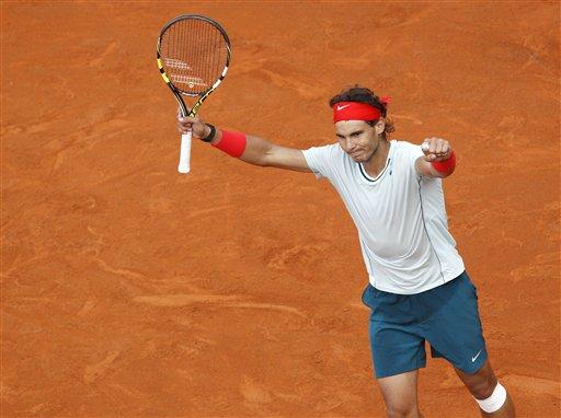 El español Rafael Nadal festeja tras vencer a Ernests Gulbis en el Abierto de Italia el jueves, 16 de mayo de 2013, en Roma. (AP Photo/Riccardo De Luca)