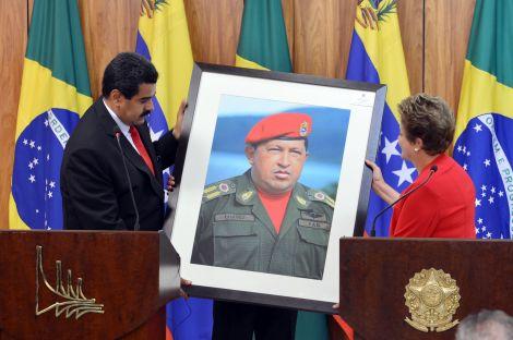El presidente de Venezuela, Nicolás Maduro le entrega un retrato del fallecido presidente Chávez a Dilma Rousseff.