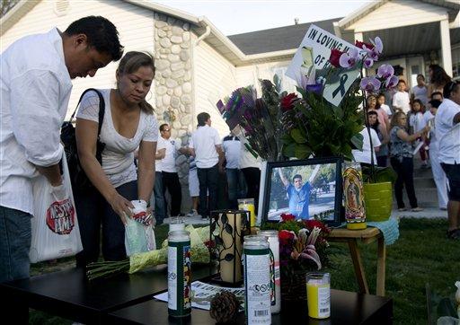 Alex Flores y Silvia Castro colocan velas durante una vigilia en homenaje a Ricardo Portillo, árbitro de una liga amateur de fútbol que falleció tras ser golpeado en la cabeza por un jugador de 17 años al que había amonestado. Foto del 5 de mayo del 2013 en Salt Lake City, Utah. (AP Photo/The Salt Lake Tribune, Kim Raff)