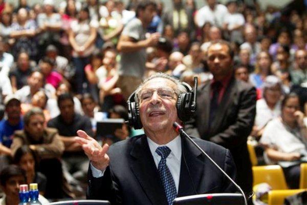 El ex dictador guatemalteco José Efraín Ríos Montt declara durante una audiencia del juicio en su contra en la ciudad de Guatemala, el jueves 9 de mayo de 2013. El tribunal que juzga a Ríos Montt citó a las partes para la tarde del viernes 10 de mayo para escuchar el veredicto del proceso contra el ex dictador y su jefe de inteligencia por genocidio y delitos contra la humanidad.(AP foto/Moises Castillo)