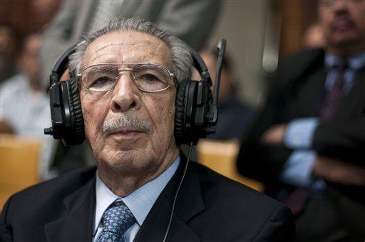 El ex dictador de Guatemala José Efraín Ríos Montt escucha el veredicto en el juicio en su contra por genocidio, en la capital del país, el 10 de mayo de 2013. (Foto AP/Luis Soto)