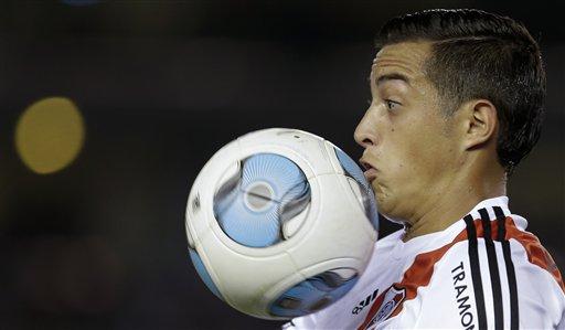 El jugador de River Plate, Rogelio Funes Mori, controla el balón en un partido contra Quilmes en la liga argentina el domingo, 28 de abril de 2013, en Buenos Aires. (AP Photo/Natacha Pisarenko)