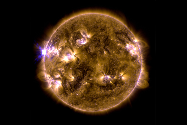 Imagen facilitada por la NASA de una de las tres erupciones colosales que el Sol registró la pasada medianoche como parte de la tormenta solar más poderosa en lo que va de año. La tercera erupción culminó a las 01.11 GMT del martes y emitió una llamarada solar del tipo X3.2, una de las más fuertes que puede lanzar la estrella, según los astrónomos. Las otras dos erupciones ocurrieron de la noche del domingo al lunes, y ese mismo día, todas originadas en una mancha muy activa situada en el lado izquierdo de la cara del Sol opuesta a la Tierra. EFE