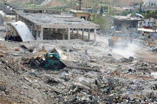 En esta fotografía difundida por la agencia noticiosa oficial siria SANA, se observan varias construcciones dañadas luego de un ataque aéreo israelí en Damasco, Siria, el domingo 5 de mayo de 2013. (Foto AP/SANA)