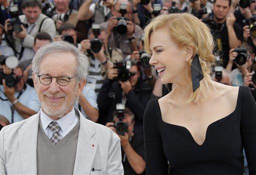 El presidente del jurado del Festival de Cine de Cannes Steven Spielberg y la integrante del jurado Nicole Kidman durante una sesión de fotos para la 66ª edición del festival en Francia, el miércoles 15 de mayo de 2013. (Foto AP/ Francois Mori)