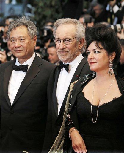 """De izquierda a derecha los integrantes del jurado del Festival de Cine de Cannes, el director Ang Lee, el presidente Steven Spielberg y la directora Lynne Ramsay en la ceremonia de inauguración del festival y la función de """"El gran Gatsby"""" en la 66ª edición del festival en Francia, el miércoles 15 de mayo de 2013. (Foto AP/Francois Mori)"""