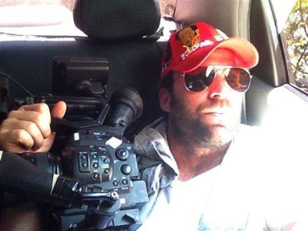 Esta foto familiar distribuida el jueves 25 de abril de 2013 muestra a Timothy Tracy dentro de un vehículo en Venezuela. El cineasta californiano de 35 años fue detenido el miércoles 24 por las autoridades venezolanas (AP Foto/Family courtesy photo)