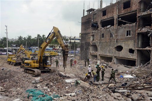 Vista de los escombros de un edificio derrumbado en Savar, cerca de Daca, Bangladesh, donde funcionaban talleres textiles, el 10 de mayo del 2013. (AP Foto/Ismail Ferdous)