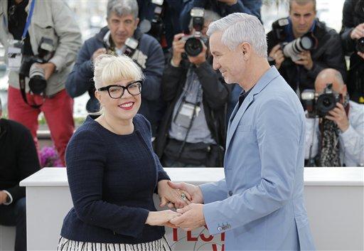 """El director de """"El gran Gatsby"""" Baz Luhrmann y su esposa la diseñadora de producción Catherine Martin durante una sesión de fotos en la 66ª edición del Festival de Cine de Cannes en Francia, el miércoles 15 de mayo de 2013. (Foto AP/ Lionel Cironneau)"""
