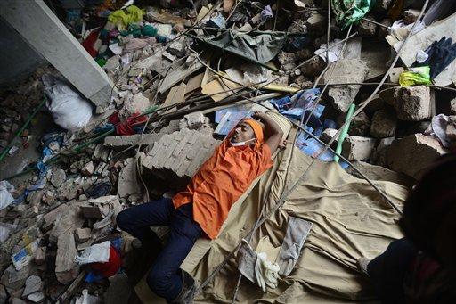 Un bengalí descansa en las ruinas de una fábrica de confección de ropa en Savar, cerca de Daca, en Bangladesh, el viernes 10 de mayo del 2013. Más de 1.000 personas murieron en el derrume de un edificio que contenía fábricas de ropa en ese país. (Foto AP/Ismail Ferdous)