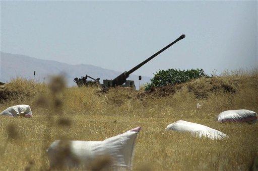 En esta foto del 1 de julio de 2001, se aprecia un cañón antiaéreo sirio en el valle oriental de Beka, en Líbano. Una acción militar internacional contra el gobierno sirio por su supuesto uso de armas químicas enfrentaría una de las defensas aéreas más formidables en el Oriente Medio, un sistema perfeccionado en los últimos años por equipos rusos de avanzada (AP Foto/Mahmoud Tawil, archivo)