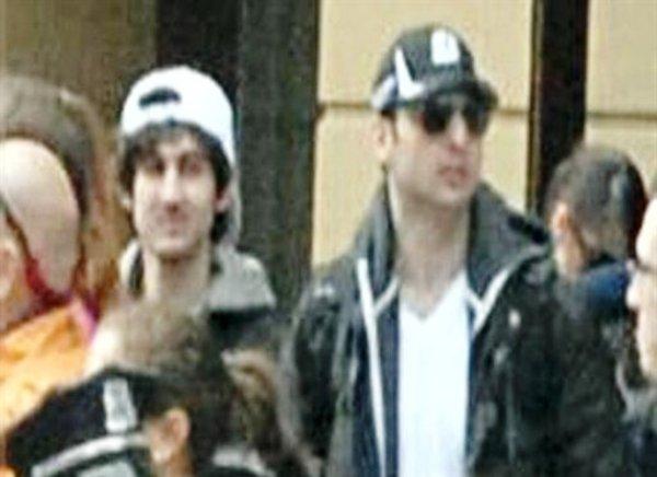 Una foto divulgada por el FBI en la madrugada del viernes el 19 de abril del 2013, muestra a los hermanos Dzhokhar Tsarnaev, de 19 años (izquierda) y Tamerlan Tsarnaev, de 26, (derecha) durante la maratón de Boston antes de las explosiones que dejaron tres muertos y más de 180 heridos el lunes 15 de abril del 2013. (Fotos AP/FBI)