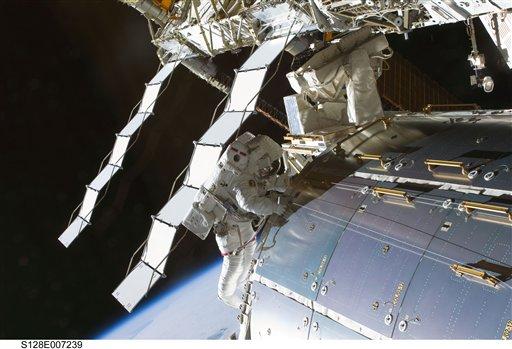 En esta imagen suministrada por la NASA, el astronauta Nicole Stott aparece en una caminata espacial en el exterior de la estación internacional espacial en órbita el 1 de septiembre del 2009. El 10 de mayo del 2013, una filtración de refrigerante hizo que la NASA estudiara la posibilidad de efectuar otra caminata espacial el día 11 para subsanar el problema. (AP Foto/NASA)