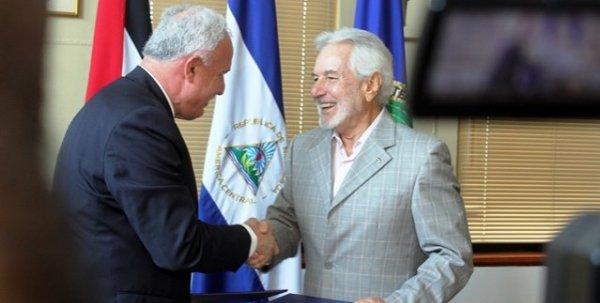 Los cancilleres de Nicaragua, Samuel Santos (d), y de la Autoridad Nacional Palestina (ANP), Riad al Malki.
