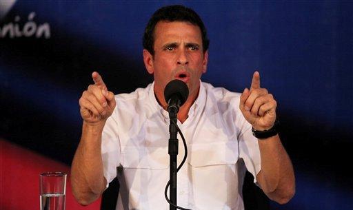 El líder opositor venezolano Henrique Capriles habla en una conferencia de prensa en su oficina en Caracas, en el esta foto del miércoles 24 de abril de 2013 (AP Foto/Fernando Llano)