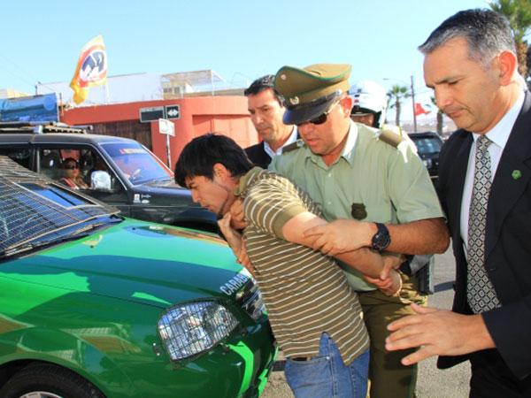 El incidente se produjo en la Plaza 1º de mayo, lugar donde la ex mandataria realizaba un acto de campaña. Los seguidores de Bachelet reaccionaron incluso antes que la policía y uno de ellos llegó a golpearlo. Tras lo ocurrido, el hombre fue detenido por Carabineros.