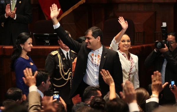 El presidente Correa, entrando en la Asamblea Nacional con su presidenta, Gabriela Rivadeneira, el 24 de mayo de 2013. API/Juan Cevallos