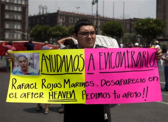 Un hombre sostiene una pancarta alusiva a un familiar desaparecido durante una protesta en la Ciudad de México, el jueves 30 de mayo de 2013. Once jóvenes desaparecieron a plena luza del día en un antro de la capital del país el domingo, según sus familiares. (Foto AP/Eduardo Verdugo)