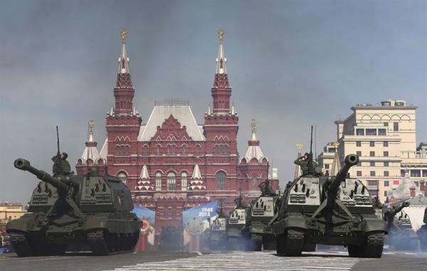 Tanques atraviesan la Plaza Roja durante el tradicional desfile militar por el Día de la Victoria, que conmemora el triunfo de la Unión Soviética y los Aliados sobre la Alemania nazi durante la II Guerra Mundial. EFE