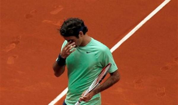 El tenista suizo Roger Federer gesticula en un partido contra Radek Stepanek en el Masters de Madrid el martes, 7 de mayo de 2013, en Madrid. Federer fue eliminado por el japonés Kei Nishikori el jueves, 9 de mayo. (AP Photo/Andres Kudacki)