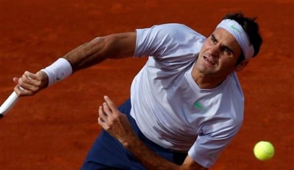 El suizo Roger Federer saca contra Somdev Devvarman en el Abierto de Francia el miércoles, 29 de mayo de 2013, en París. (AP Photo/Petr David Josek)