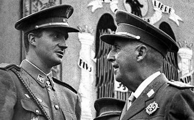 Don Juan Carlos de Borbón con el general Francisco Franco, ex dictador de España. Foto de Archivo, La República.