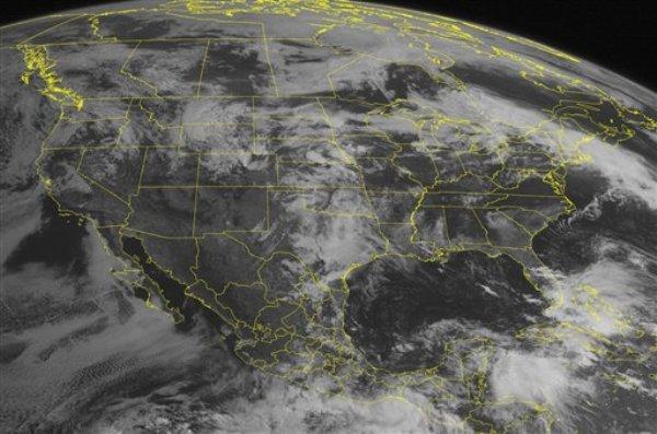 Esta imagen de satélite del miércoles 29 de mayo del 2013 a las 10:45 AM EDT muestra un sistema de tormentas y al este, al sur de México, la tormenta tropical Bárbara que poco después adquirió fuerza de huracán (AP FOTO/WEATHER UNDERGROUND)