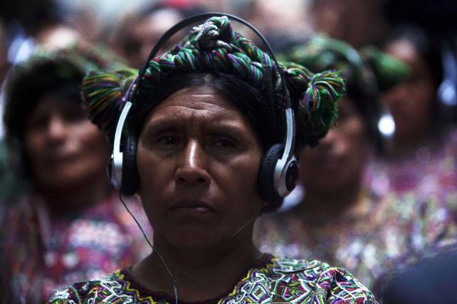 Una mujer de la etnia xixil asiste hoy, jueves 9 de mayo de 2013, a la fase final del juicio al exgeneral golpista José Efraín Ríos Montt y a su antiguo jefe de Inteligencia, José Rodríguez, por los delitos de genocidio y crímenes de guerra en el proceso por la muerte de 1.771 indígenas ixiles.