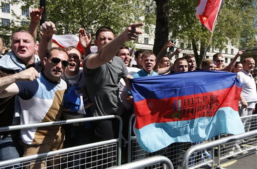 Partidarios de la Liga de la Defensa Inglesa, un movimiento de protesta de derecha, se manifiestan el lunes 27 de mayo de 2013 frente a Downing Street en Londres en apoyo de las fuerzas armadas, tras el homicidio de un soldado fuera de servicio ocurrido la semana pasada en una calle en Londres. (AP Foto/Sang Tan)