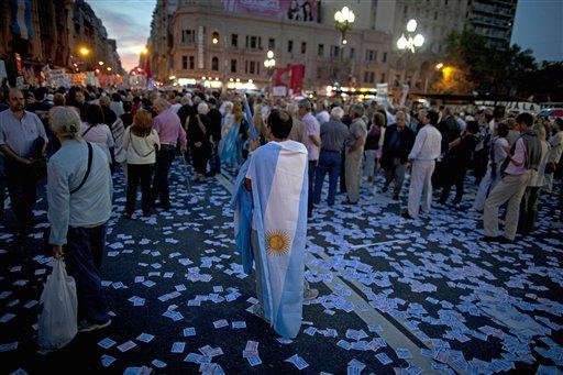 Manifestantes protestan contra una reforma judicial propuesta por la presidenta Cristina Fernández mientras los diputados la votan dentro del Congreso en Buenos Aires, Argentina, el miércoles 24 de abril de 2013. (AP foto/Natacha Pisarenko)