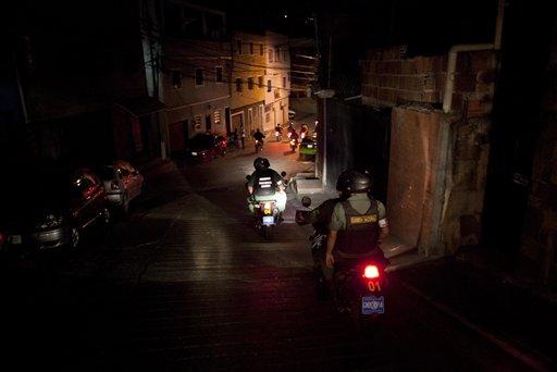 Soldados de la Guardia Nacional patrullan en motocicletas las calles del barrio caraqueño de Petare el 14 de mayo del 2013. El gobierno sacó al ejército a las calles para tratar de contener la violencia, que hace que la tasa de asesinatos de Venezuela sea la quinta más alta del mundo. (AP Photo/Ariana Cubillos)
