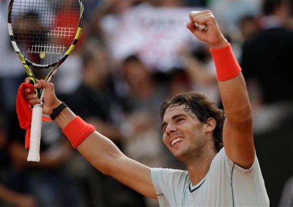 El español Rafael Nadal festeja tras vencer al checo Tomas Berdych y avanzar a la final del Abierto de Italia el sábado, 18 de mayo de 2013, en Roma. (AP Photo/Andrew Medichini)