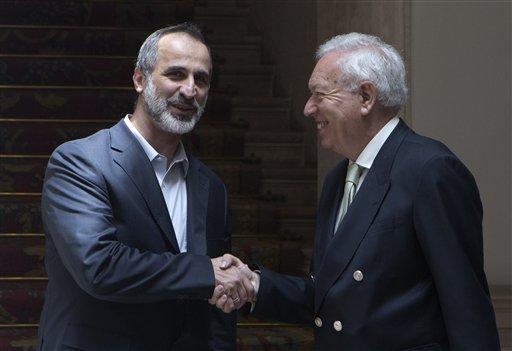 Mouaz al-Jatib, exdirector de la Coalición Nacional Siria, izq., estrecha la mano del canciller español José Manuel García Margallo a su arribo a la cancillería de Madrid el 21 de mayo del 2013. Los grupos de la oposición siria reunidos en Madrid dijeron que se oponen a toda negociación con el presidente Bashar Assad a menos que signifique su alejamiento dle poder (AP Foto/Paul White)