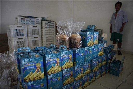 Panettones producidos por Ebococa, planta creada por el gobierno boliviano para poducir comestibles con coca. Esos alimentos no tuvieron éxito y la planta está hoy en desuso. Foto del 12 de abril del 2013. (AP Photo/Juan Karita)