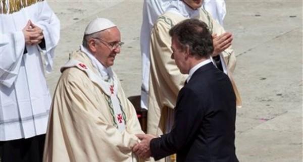 El papa Francisco es saludado por el presidente colombiano Juan Manuel Santos al concluir una ceremonia de canonización de varios nuevos santos, incluida una de Colombia, en la Plaza de San Pedro en el Vaticano, el domingo 12 de mayo de 2013. (Foto AP/Alessandra Tarantino)