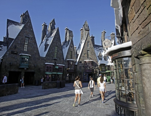 """El parque temático """"Mundo Mágico de Harry Potter"""" inaugurará en 2014 la nueva atracción """"Diagon Alley y Londres"""" en los Estudios Universal de Orlando, Florida, anunciaron este miércoles Universal y Warner Bros Entertainment."""