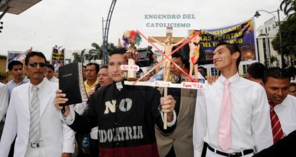 """Guayaquil, 22 de Mayo del 203. El Pastor evangelico Eduardo Mora se viste de """"Sacerdote catolico"""" y sale a marchar por la av Malecon junto con los miembros de su iglesia. Luego fue apresado. APIFOTO/CESAR PASACA"""