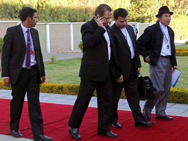 El ministro de Exteriores de Ecuador, Ricardo Patiño (c), camina lentamente hoy, martes 14 de mayo de 2013, en Cochabamba (Bolivia), durante la II Conferencia de Estados Parte de la Convención Americana sobre Derechos Humanos. Patiño se lesionó hoy al sufrir una torcedura en su pierna derecha tras dar un paso en falso cuando se dirigía a posar en la foto oficial de la reunión. EFE/Martin Alipaz