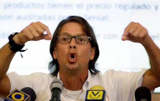 El presidente ejecutivo de Empresas Polar Lorenzo Mendoza, rechaza la acusación del gobierno venezolano de que su compañía es responsable de la escasez de harina de maíz, un alimento básico de la dieta venezolana, al reducir la producción, en conferencia de prensa en Caracas, lunes 13 de mayo de 2013. (AP Foto/Fernando Llano)