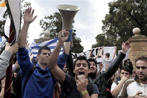 Numerosos estudiantes protestan contra un plan de rescate financiero durante una movilización afuera del Palacio Presidencial, en Nicosia, la capital de Chipre, el martes 26 de marzo de 2013. (AP Foto/Petros Giannakouris)