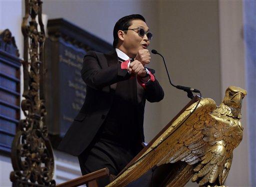 El astro sudcoreano PSY durante un discurso en la Iglesia Memorial en la Universidad de Harvard en Cambridge, Massachusetts el jueves 9 de mayo de 2013. (Foto AP/Elise Amendola)
