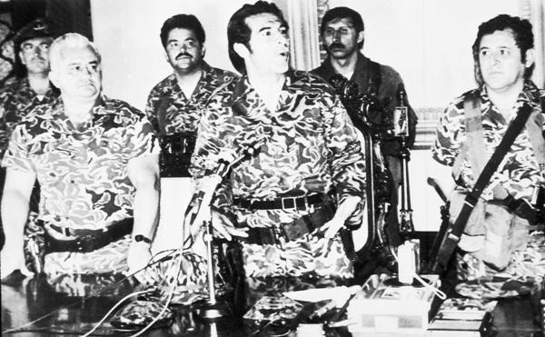 ARCHIVO - En esta foto de archivo del 23 de marzo de 1982, el general Efraín Ríos Montt, centro, habla en conferencia de prensa en Guatemala para anunciar la creación de una junta tras el derrocamiento del general Fernando Romeo Lucas García. Acusado de la matanza de 1.771 indígenas durante su gobierno, el ex general de 86 años es el primer gobernante de facto latinoamericano en ser juzgado por genocidio en un tribunal de su país. (AP Foto, File)