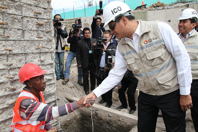 Quito, 14 mayo 2013.- Presidente de la República Rafael Correa visitó la obra en construcción de lo que será el edificio de UNASUR. Fotos:Andrés Reinoso/Presidencia de la República