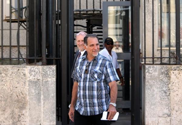 González, de 56 años, se encuentra en Cuba desde el pasado 22 de abril con un permiso judicial humanitario para asistir a los funerales por la muerte de su padre, que falleció un mes antes.