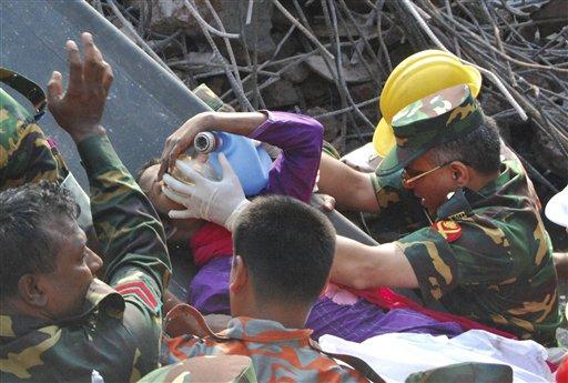 Los socorristas rescatan a una costurera que estuvo atrapada durante 17 días en el edificio derrumbado de fábricas textiles en Saver, cerca de Daca, Bangladesh, el 10 de mayo del 2013. El derrumbe cobró más de mil vidas. (AP Foto/Parvez Ahmad Rony)