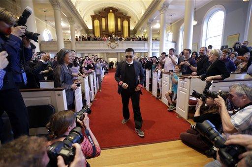 El astro sudcoreano PSY llega a un discurso en la Iglesia Memorial en la Universidad de Harvard en Cambridge, Massachusetts el jueves 9 de mayo de 2013. (Foto AP/Elise Amendola)