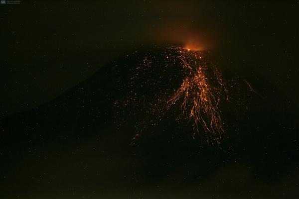 El Tungurahua, visto desde Pelileo, la noche del 8 de mayo de 2013. API/Carlos Campaña.